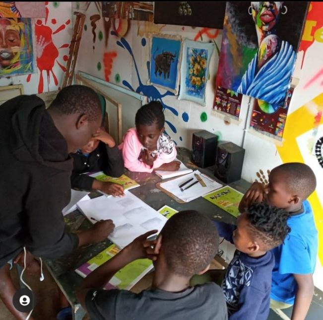 An art session at the Nyota Art studio in Kibra.